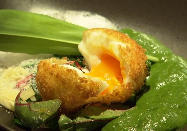 Es gibt Gebackenes, und zwar gebackene Eier, dazu marinierter Bärlauch, Bärlauchspinat und Parmesanschaum, vom Alten Backhaus in der Bahngasse