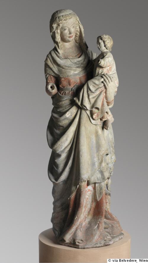 Das Original dieser frühgotischen Steinskulptur stammt aus dem 14. Jahrhundert. Bis Anfang der 1930er Jahre befand es sich in der Kapuzinerkirche Wiener Neustadt, 1936 musste sie verkauft werden, um Restaurierungsarbeiten zu finanzieren. Heute steht das Original im Belvedere in Wien.